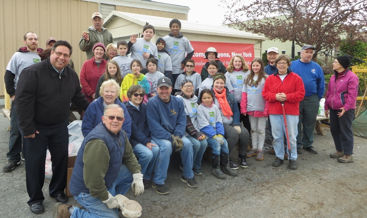 Lyons Erie Canal Cleansweep Volunteers (photo)